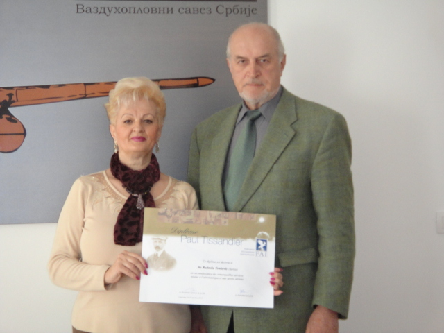 Название: Predsednik VSJ Bulatovic urucio Diplomu Paul Tissandier prof. Radmili Tonkovic.JPG Просмотров: 983  Размер: 133.7 Кб