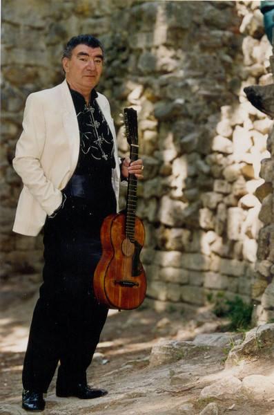 Название: фото Титова с гитарой.jpg Просмотров: 85  Размер: 36.5 Кб
