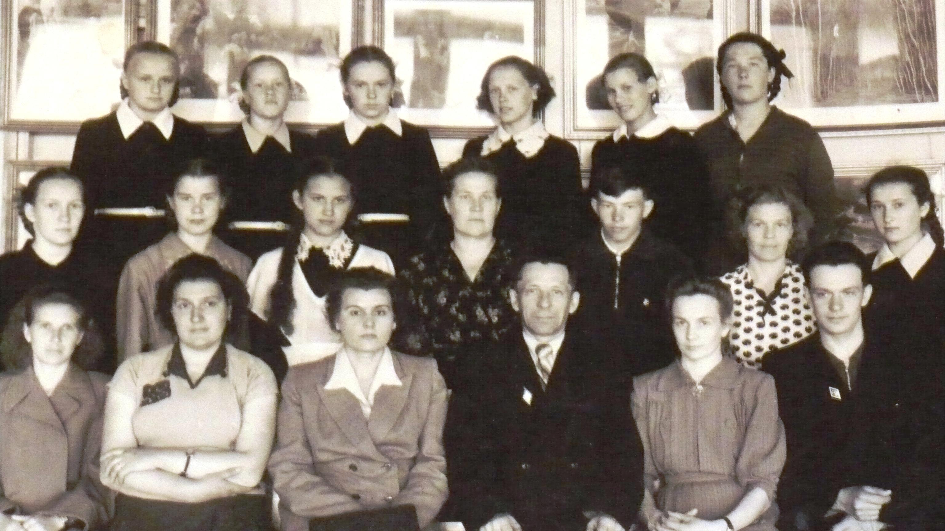Название: Валентина Васильевна третья слева в первом ряду с ко.JPG Просмотров: 45  Размер: 1.96 Мб