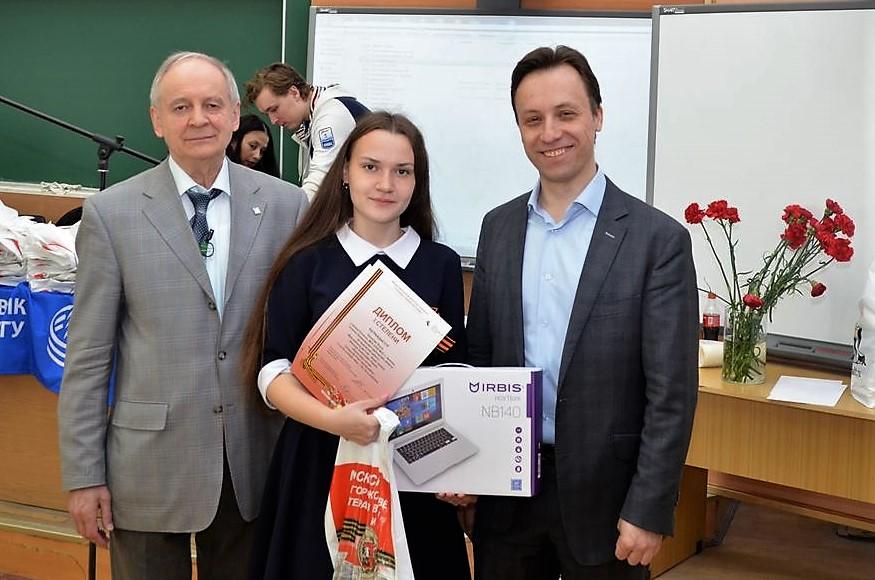 Название: DSC_3612 Чиганова Ольга получает приз ПК.JPG Просмотров: 109  Размер: 194.0 Кб