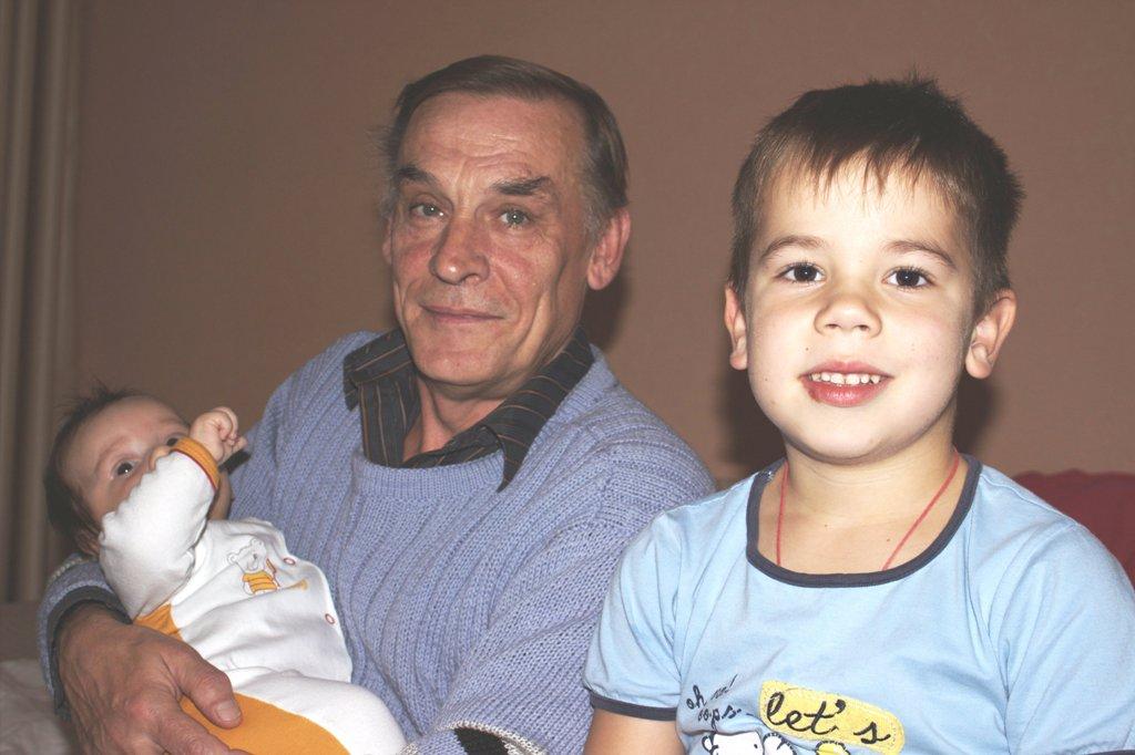 Название: Саша с дедушкой Валерой и младшим братиком 1.jpg Просмотров: 760  Размер: 149.0 Кб
