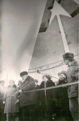 Название: 1 Открытие памятника погибшим летчикам АЛСИБа 1985 г..jpg Просмотров: 242  Размер: 35.4 Кб