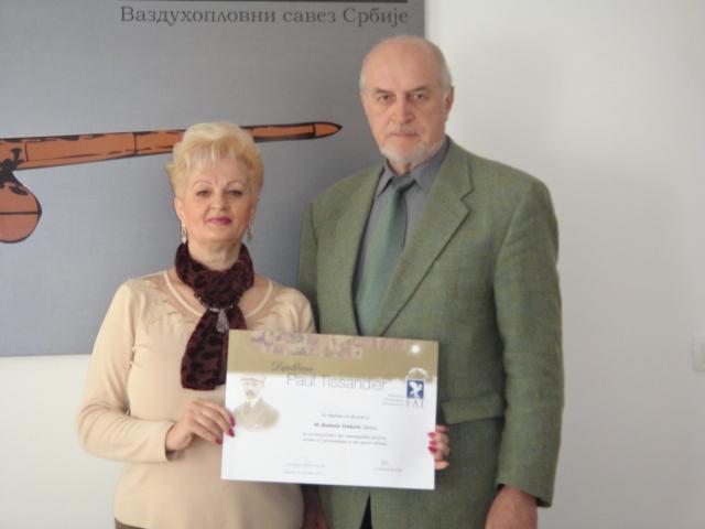Название: Predsednik VSJ Bulatovic urucio Diplomu Paul Tissandier prof. Radmili Tonkovic.JPG Просмотров: 1014  Размер: 133.7 Кб